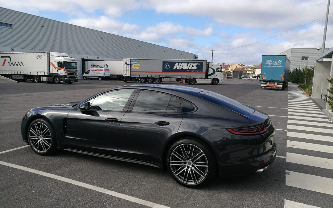 NAVIS verlädt Porsche Panamera 4S