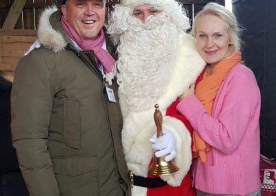 Remo Stork, der Weihnachtsmann und Julia Stork auf dem Minkenhof am 07.12.2019